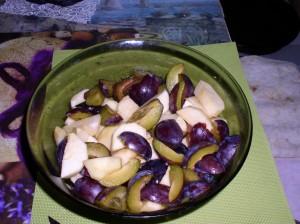 Amestecul de fructe, înainte de a pune merișoarele, făina, scorțișoara și amestecul pentru wok, cel cu ghimbir