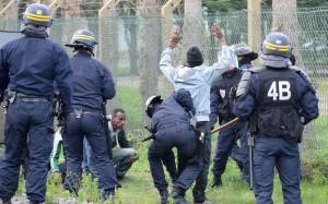 """Calais: Pentru UE, miile de imigranţi clandestini disperaţi  sunt un fel de """"duşmani ai poporului""""."""