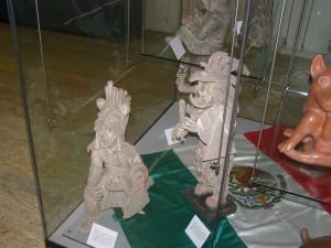 Standul Mexicului: un cub de stclă plin cu statui şi vase din vremea mayaşilor şi aztecilor.