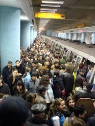 La Obor, în staţia de metrou, e mai totdeauna mare înghesuială, aşa că un Mercedes te+ajută mult, când mergi la piaţă