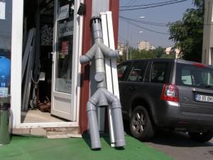 Omul-de-tinichea, varianta modernă, din ţeavă şi coturi de plastic
