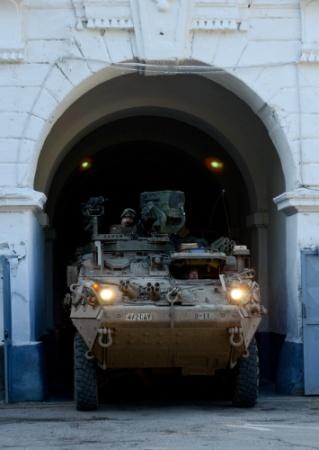 24 octombrie: vehicul blindat american din U.S. 2nd Stryker Cavalry Regiment iese pe poata bazei militare din Arad