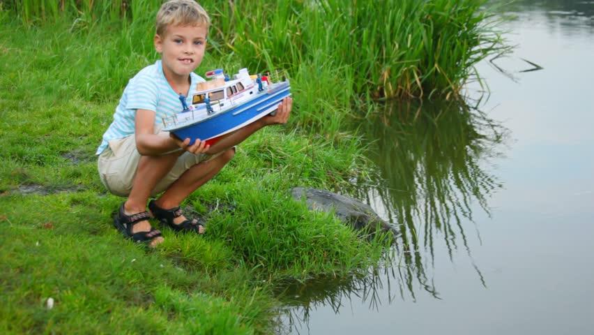 Jucăria mea era cu mult mai mică; dar ţineam la ea la fel de mult cum ţine băiatul acesta la vaporaşul lui cel albastru