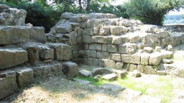 Aproape de scena dramei: catastrofa descrisă în text s-a petrecut la vrei 15 metri depărtarte de aceste ziduri bizantine