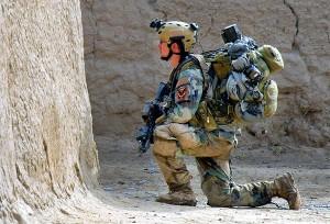 cam aşa arată, complet echipat pentru luptă, unul din oamenii din Green Berets. ISIL o să afle în curând de ce sunt în stare aceşti militari de elită ai Occidentului.