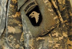 Emblema Şoimilor Urlători, pe o uniformă de luptă din zilele noastre