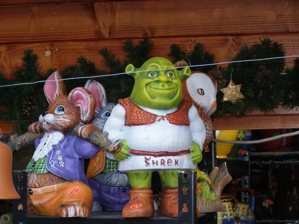 Ce zici: mai degrabă Shrek, sau mai degrabă urecheatul de alături? Sau, mai bine, amândoi?