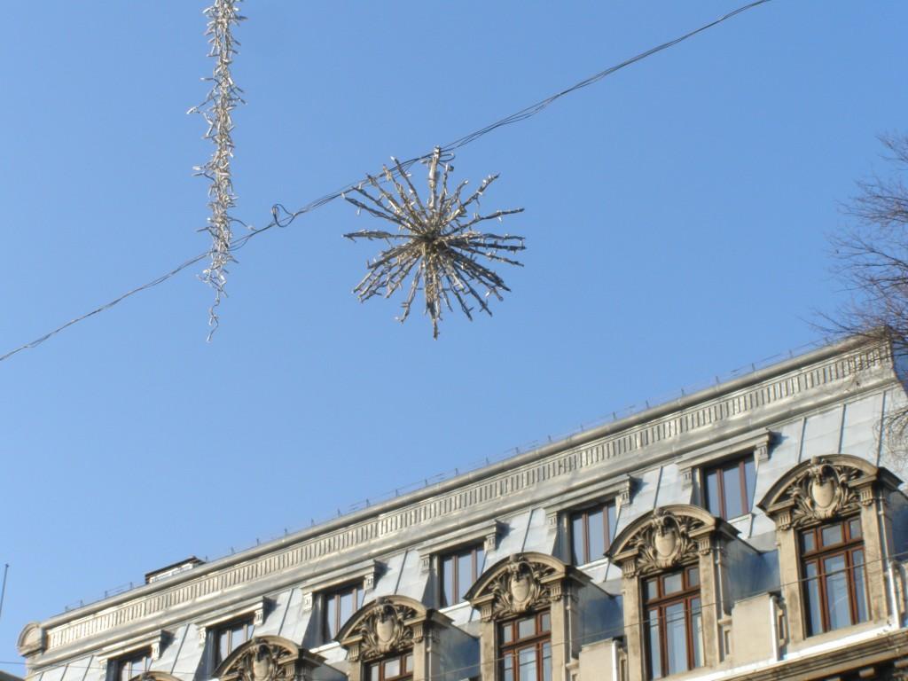 Bună poziţie pentru steaua asta: luminează şi târgul de Crăciun, şi Universitatea din Bucureşti!