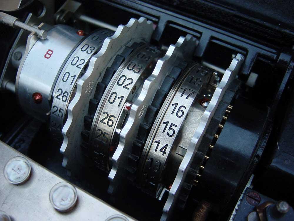 Sistemul complex de rotoare al maşinii de critat Enigma a fost, o vreme, un avantaj enorm al GermanieiŞ dar doar până când critanaliştii britanici de la Bletchley Park nu s-au pius pe treabă, lăsând Reich-ul, practic, fără secrete strategice