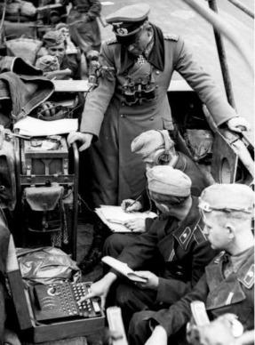 Generalul Guderian, în timpul campaniei din Franţa, în 1940, într.o maşină de transmisiuni înzestrată cu sistemul Enigma