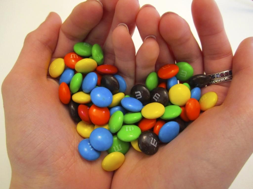 """Un om care voia să dea bomboane şi batoane de ciocolată """"la tot cartierul"""", cum ar zice copiii fostului prefect Răducănoiu, dac vă mai aduceţi cumva aminte de ei"""