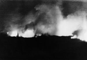 Fotografie germană făcută în noaptea de 13 spre 14 februarie 1945: furtuna de foc mistuie 75.000 de locuinţe din Dresda.