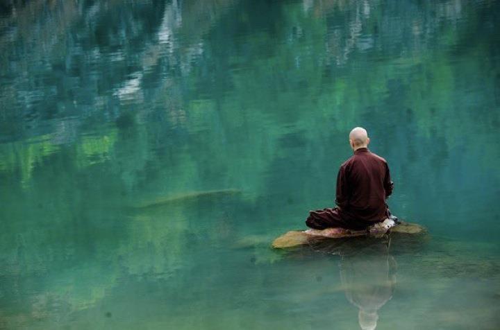 Tot felul de gânduri îţi pot trece prin cap, aşezat în lotus, pe-o piatră, la marginea apei. Iată, aici, unul din ele.