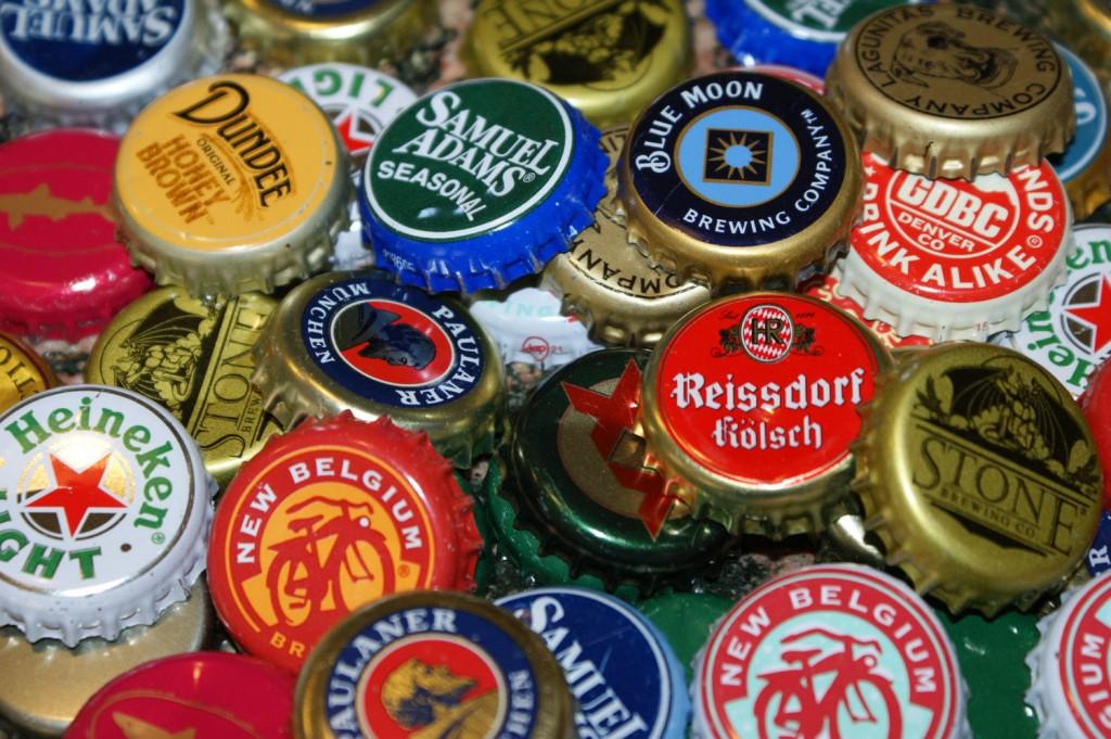 Dacă treci prin Centru Vechi, pe lângă minunatul loc numit 100 de beri, n-ai cum să nu vezi, în vitrină, bolurile umplute cu mii de capaca de bere; habar n-au oamenii de acolo pe ce comoară se-aşează, molcom, praful...