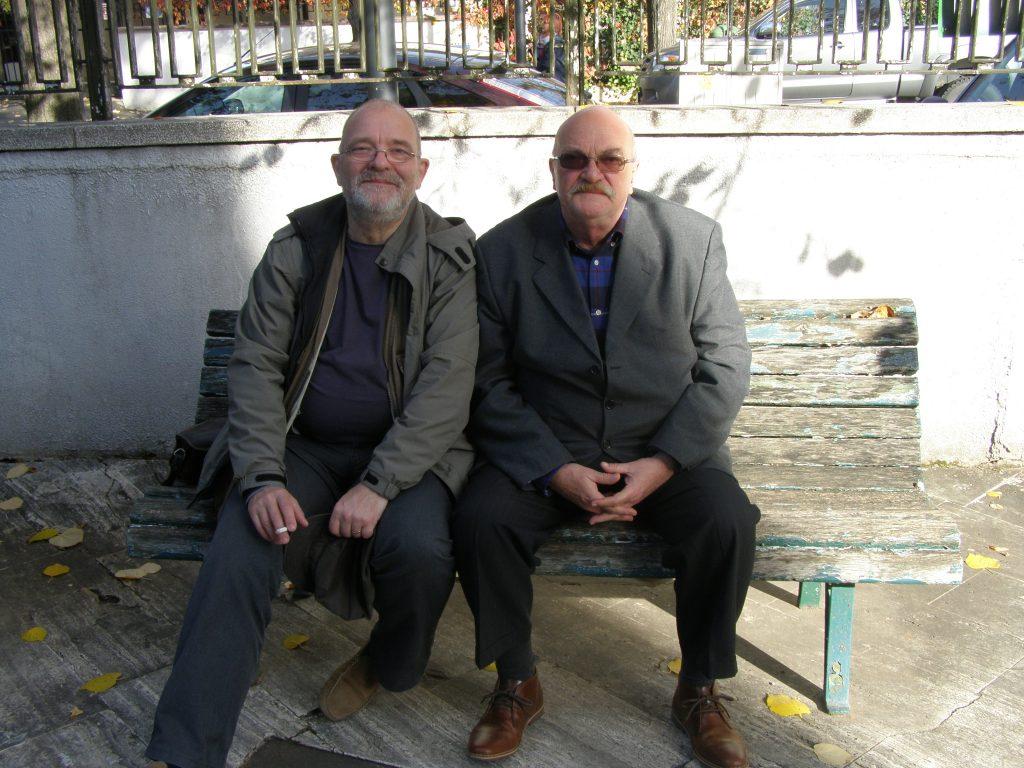 Adrian Stănescu şi cu mine mai avem nişte poze făcute împreună, acum vreo 10 ani, în Grecia. Şi nu-i drept: nu suntem, încă, moşi de tot zbârciţi, ci doar niţel mai albi la păr, la mustăţi şi la barbă.