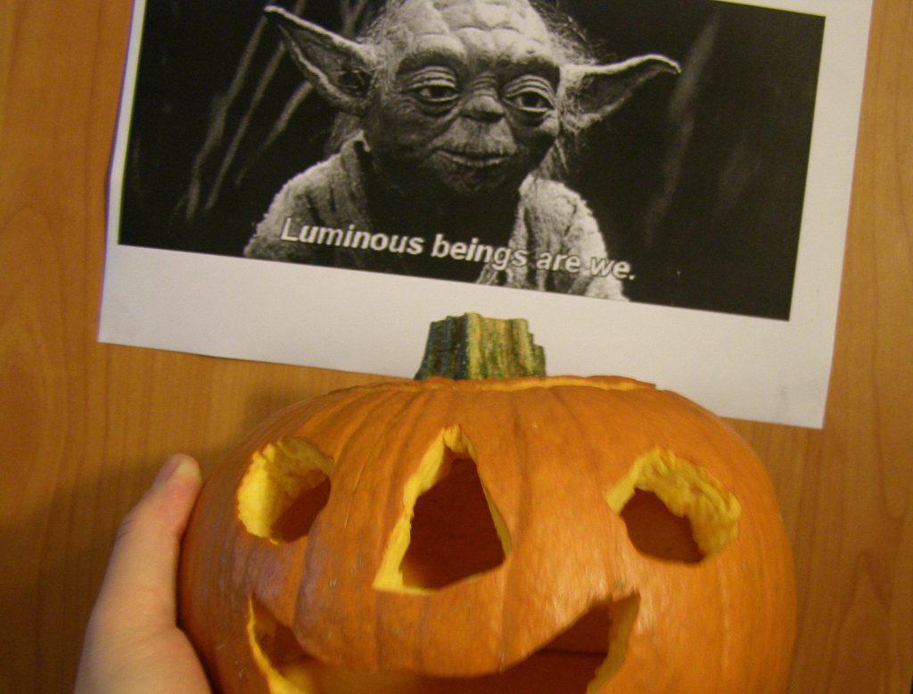 Când aude ce-i zice Yoda, dovleacul mititel râde de încântare, chiar dacă n-are dinţi. Şi râde, şi râde.