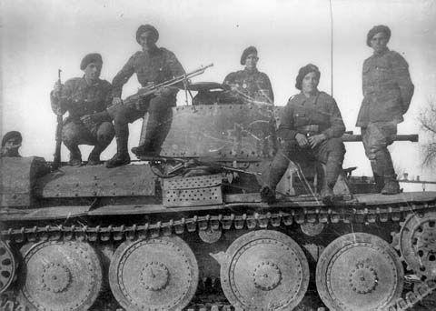 Vânători de munte români, pe un tanc rusesc de tip T-38, capturat. Nu contează, cred, locul exact unde-i făcută această fotografie, fiindcă eroismul, eficienţa în luptă şi sacrificiul acestor militari români de elită au fost evidente şi-n Est, şi-n Vest. Dumnezeu să-i odihnească în pace pe toţi cei căzuţi la datorie, ştiuţi sau neştiuţi!