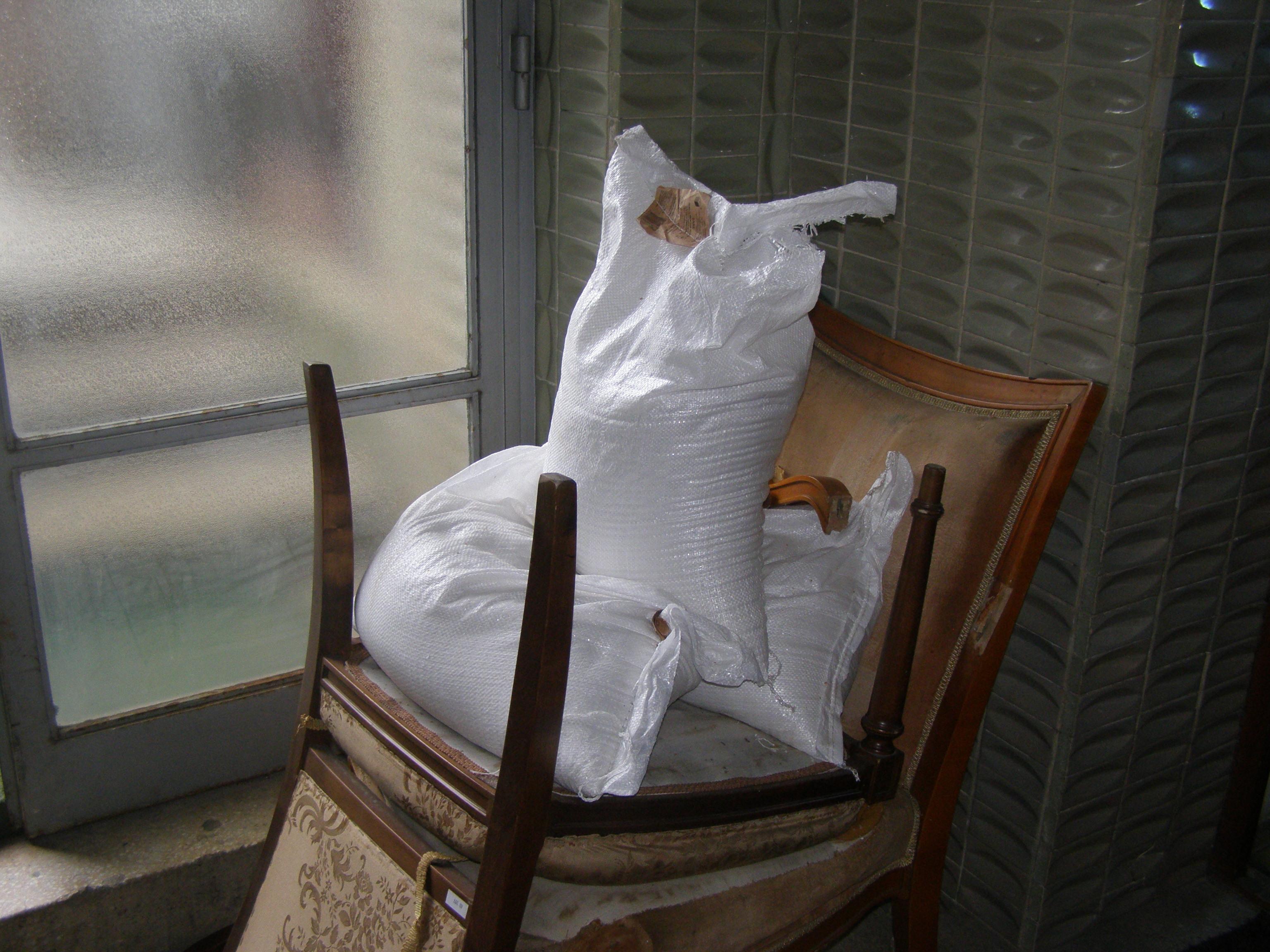 Statul veghează, dear friend: o instituţie cu ştaif (nu spun care, că iar se isterizează tot soiul de tâmpiţi) a cumpărat, de exemplu, trei saci plini cu sare grunjoasă, numai bună s-o presari pe scări, ca să topeasscă gheaţa.