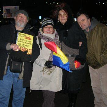 Cu Iolanda Stăniloiu, Creguța Roșu și Dan Roșu, prieteni de-o viață, în Piața Victoriei. Ne-a fotografiat o domnișoară care a venit la grupul nostru și ne-a zis, direct, că ar vrea să stea singură, până îi vin prietenii. Ne bucură că ne-am întâlnit cu ea și sper s-o mai vedem și-n zilele următoare.