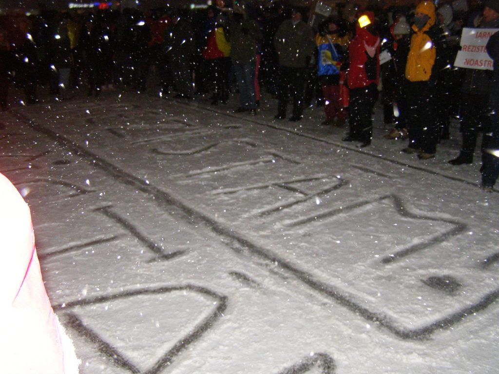 Mesaj clar, scris pe zăpada din Piață.