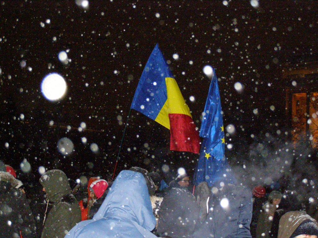 Două drapele. Cine poate, pricepe. Cine nu, se poate duce, fuguța, la protestul grotesc din fața Cotrocenilor.